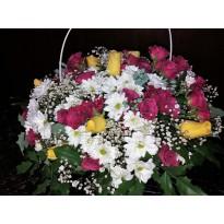 Cos alb cu trandafiri minirosa si crizanteme