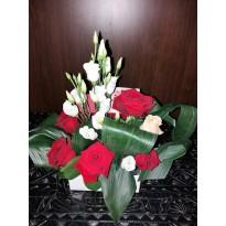 Cutie cu  trandafiri  si lisianthus