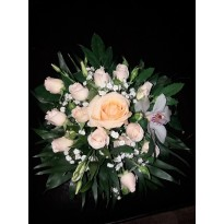 Aranjament de masa din trandafiri minitrandafiri si floarea miresei
