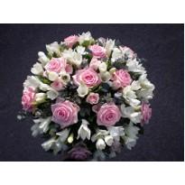 Aranjament funerar frezii si trandafiri