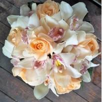 Buchet  din trandafiri si orhidee cymbidium