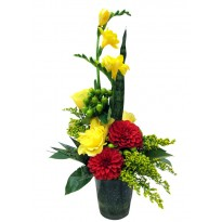 Aranjament floral cu trandafiri frezii dalii solidago si hypericum