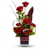 Aranjament floral cu trandafiri si minirosa