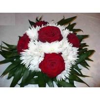 Aranjament de masa trandafiri si crizantema